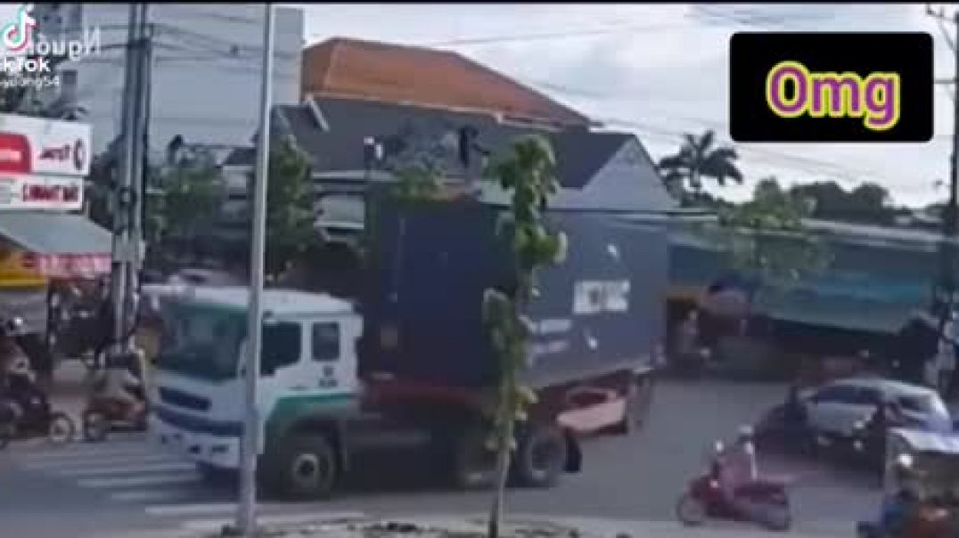 Container Falls From Truck In The Middle Of The Road